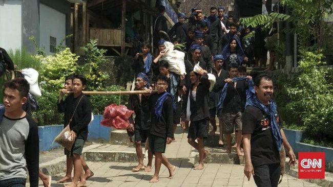 Sebanyak 1.388 Suku Baduy Dalam dan Luar, menggelar prosesi adat Seba. Suku Baduy Dalam berjalan puluhan kilometer dari desa adatnya, di Leuwidamar, menuju Pendopo Kabupaten Lebak, di Kecamatan Rangkasbitung.