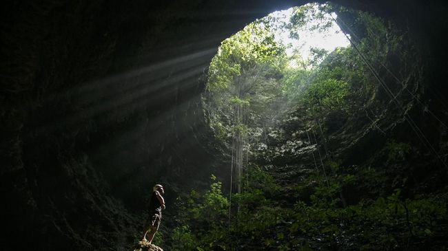 Musim hujan merupakan musim terlarang untuk melakukan penjelajahan di dalam gua.