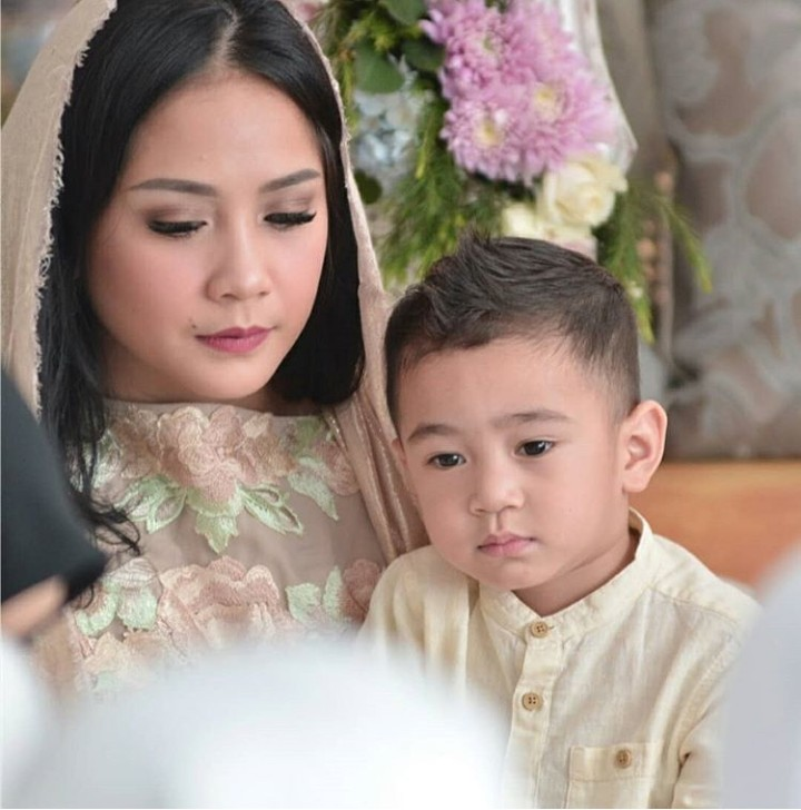 Rafathar memiliki paras menarik yang diwariskan ayah dan ibunya. Nah, di foto-foto ini, Rafathar kelihatan mirip banget sama ibunya.