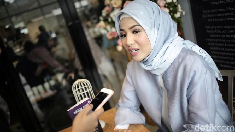 Dewi Sandra & Natasha Rizki Berbagi Kebahagiaan dengan Teman Tuli