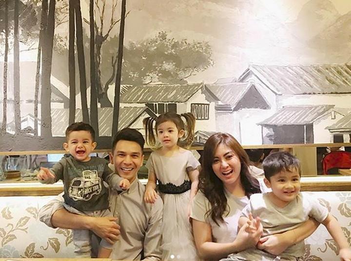 Dipotret pas pakai baju kembaran bikin foto keluarga Jonathan Frizzi ini makin kece.