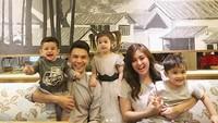 <p>Keluarga Jonathan Frizzy dan Dhena emang sering banget nih, Bun, mengabadikan momen ketika mereka pakai baju kembaran. (Foto: Instagram/ @dhenafrizzy) </p>