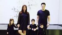 <p>Pakai baju serba hitam dengan gaya santai buat foto keluarga? Boleh juga. (Foto: Instagram/ @dhenafrizzy)</p>