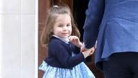 Putri Charlotte terlihat welcome dan ceria pada awak media saat menengok adiknya, Pangeran Louis yang baru saja lahir. (Foto: Getty Images)