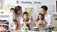 <p>Pakai busana bernuansa gold white di ultah ke-3 si kembar Zoe dan Zac. Tuh, penampilan keluarga ini makin kece kan? (Foto: Instagram/ @dhenafrizzy) </p>