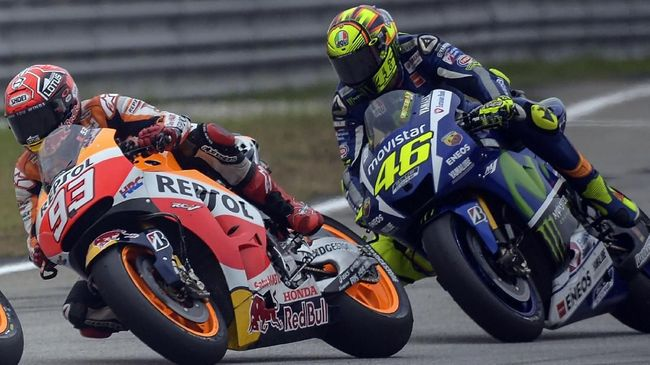 Repsol Honda Team's Spanish rider Marc Marquez (L) and Movistar Yamaha MotoGP's Italian rider Valentino Rossi (R) ride their bikes during the Malaysian Grand Prix MotoGP motorcycling race at the Sepang International Circuit on October 25, 2015. AFP PHOTO / MOHD RASFAN / AFP PHOTO / MOHD RASFAN