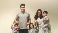 <p>Bergaya casual dengan pakaian senada, foto keluarga ini juga tetap kerenkok. (Foto: Instagram/ @dhenafrizzy) </p>