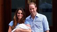 <p>Usai melahirkan Pangeran George, Kate William mengenakan gaun biru muda motif polkadot rancangan desainer Inggris Jenny Packham. (Foto: Dok. Getty Images)</p>