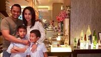 <p>Ini Mira Asmara, bintang 'Jin dan Jun' bersama suami dan anak kedua serta anak ketiganya, Dante dan Dimitri. (Foto: Instagram/ @mira_asmara)</p>