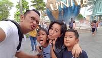 <p>Asyiknya! Begini kebersamaan keluarga Mira Asmara dan suaminya, Ariseno Ridwhan. (Foto: Instagram/ @mira_asmara) </p>