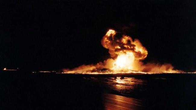 Kepolisian menyatakan minyak hasil pengeboran ilegal mengalir dari sumur ke parit. Api diduga berasal dari puntung rokok yang dibuang sembarangan.