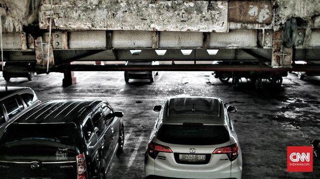 Saat ini, pendapatan Pemprov DKI tiap bulan dari pajak parkir berkisar Rp49-50 miliar. Dengan kenaikan tarif 10 persen, penambahannya bisa mencapai Rp25 miliar.