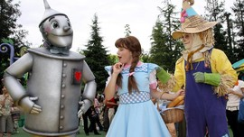 Sutradara Watchmen Garap Produksi Ulang Film Wizard of Oz
