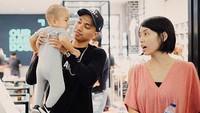 <p>Ayah Rayi udah biasa pegang si kecil, Budi, nih ya. (Foto: Instagram/dilahadju26 via alain_goenawan)</p>