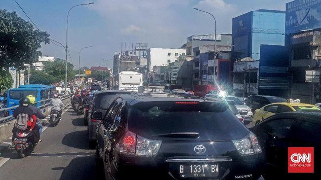 Sejumlah ruas jalan di kawasan Jakarta Pusat mengalami kemacetan parah akibat Festival Budaya atau Pesta Rakyat yang berlangsung di Monas, pada Sabtu (28/4).