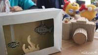 <p>Siapa bilang mainan harus mahal? Mainan dari kardus kayak kamera dan akuarium ini juga keren kan?</p>