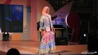Inilah Dena, satu-satunya finalis yang mengenakan hijab. Anggun ya, Bun?