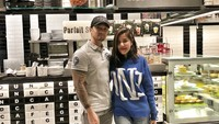 <p>Presenter, MC, sekaligus penyiar radio Ivy Batuta dengan sang suami, Edu, menikah sejak Oktober 2008. (Foto: Instagram/ivybatuta) </p>