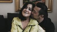 <p>Lama menikah nggak berarti kemesraan juga luntur kan, Bun. (Foto: Instagram/ivybatuta via davehendrik)</p>