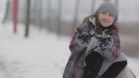 <p>Happy bermain salju saat liburan ke Eropa. (Foto: Instagram @aqueneazizdjorghi) </p>