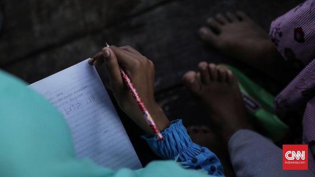 Siswa diliburkan untuk mencegah penyebaran virus corona. Namun siswa dari keluarga miskin tak memiliki gadget untuk menunjang kegiatan belajar di rumah.