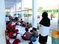VIDEO: Sekolah Disegel, Siswa Terpaksa Belajar di Lantai