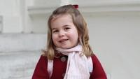 <p>Tak ketinggalan, Kate Middleton pun mengabadikan momen Putri Charlotte di hari pertamanya masuk Willcocks Nursery School. (Foto: Instagram @kensingtonroyal)</p>