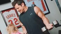 <p>Anak pun bisa jadi beban untuk olahraga angkat beban Ayah Nick. (Foto: Instagram @nicklachey)</p>