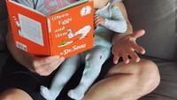 <p>Aih serunya dibacakan buku cerita oleh sang ayah. (Foto: Instagram @nicklachey)</p>