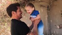 <p>Senyum manis si kecil saat diangkat sang ayah. (Foto: Instagram @nicklachey)</p>