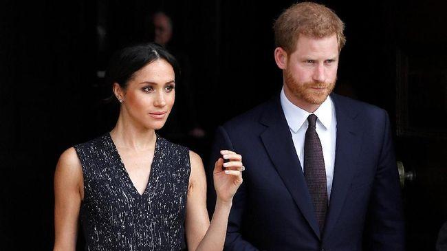 Didampingi Pangeran William, Pangeran Harry menjalani tradisi 'walkabout', menyapa publik Jumat malam sebelum pesta pernikahannya bersama Meghan Markle digelar.