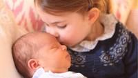 Putri Charlotte mencium kening adiknya di foto resmi Pangeran Louis. (Foto: Instagram @kensingtonroyal)