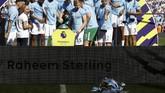 Trofi Liga Inggris terjatuh dalam seremoni kemenangan Manchester City. The Citizens sudah memastikan gelar juara sejak 16 April atau nyaris sebulan sebelum kompetisi resmi berakhir. (REUTERS/Phil Noble EDITORIAL USE ONLY)