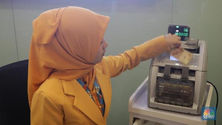 Ilustrasi Rupiah dan Dollar di teller Bank Mandiri, Jakarta, Senin (07/5). Nilai tukar rupiah terhadap dolar Amerika Serikat (AS) masih melemah. Rupiah melemah 0,32 % dibandingkan penutupan akhir pekan lalu. Harga jual dolar AS di  bank Mandiri Rp. 14.043. (CNBC Indonesia/Muhammad Sabki)