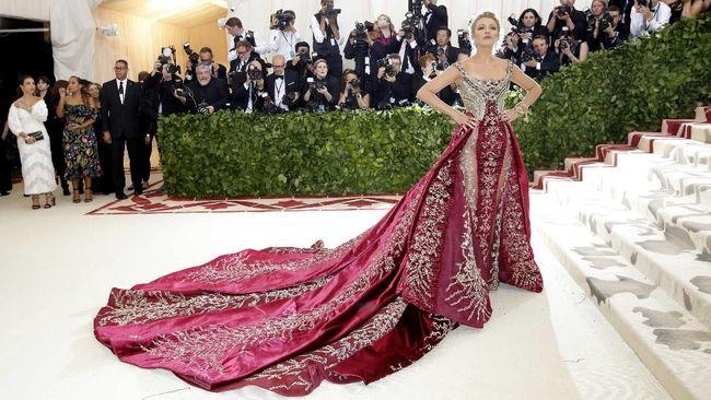Blake Lively dan Sarah Jessica Parker membuktikan bahwa gaun panjang menyapu lantai dengan warna mencolok tetap mencuri perhatian publik di Met Gala 2018.