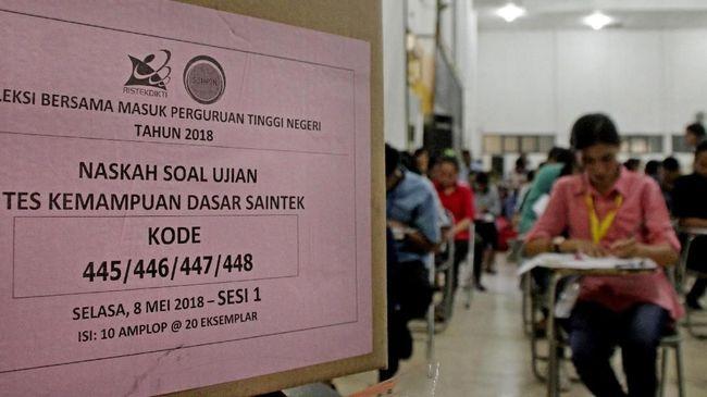 Calon mahasiswa mengikuti ujian masuk perguruan tinggi melalui jalur Seleksi Bersama Masuk Perguruan Tinggi Negeri (SBMPTN) di Aula Universitas Nusa Cendana (Undana) Kupang, NTT (8/5). Undana Kupang menargetkan menerima 3.360 mahasiwa dari 12.336 calon mahasiswa yang mendaftar seleksi tersebut. ANTARA FOTO/Kornelis Kaha/foc/18.