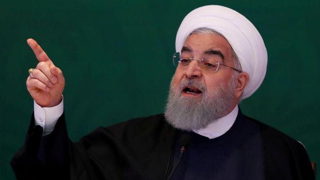 Presiden Hassan Rouhani mengatakan Iran akan dengan bangga mengabaikan sanksi yang kembali diterapkan AS dan mulai berlaku secara resmi pada Senin (5/11).