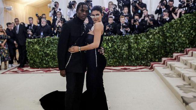 Met Gala bukan hanya ajang pamer busana, melainkan juga pasangan, seperti yang dilakukan Kylie Jenner-Travis Scott dan Bradley Cooper-Irina Shayk.