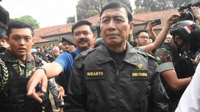 Menko Polhukam Wiranto berjalan kaki meninggalkan RSPAD Gatot Soebroto, Jakarta, pada Sabtu (19/10) siang. Dia memakai jaket bomber hijau saat menuju mobil.