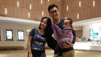 <p>Ayah gendong anak pakai kain jarit pas nonton di bioskop, kenapa nggak? (Foto: Instagram/ @boby_tince) </p>