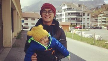 Gaya Komedian Boby 'Tince' Rachman Saat Momong Anak