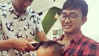 <p>Ayah siap menemani supaya kamu nggak nangis pas potong rambut, Nak. (Foto: Instagram/ @boby_tince) </p>