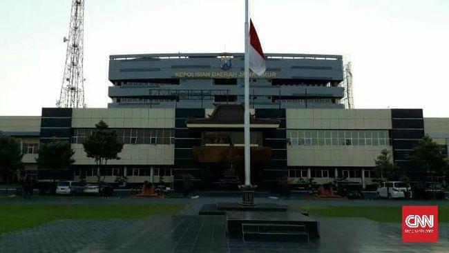 Polda Jatim Kibarkan Bendera Setengah Tiang