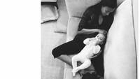 <p>Ketika menjalani perannya sebagai ibu, Zoe bisa sesantai ini sama anak-anaknya. (Foto: Instagram/zoesaldana) </p>