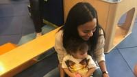 <p>Bunda dan anaknya ini lagi lihat apa ya sampai senyum begitu. Hi-hi-hi. (Foto: Instagram/zoesaldana) </p>