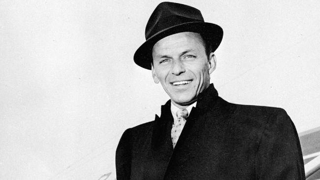 Berbagai koleksi memorabilia dan perhiasan milik Frank Sinatra yang dimiliki oleh istri kempat dan terakhirnya Barbara Sinatra dijual di New York, Kamis (6/12).