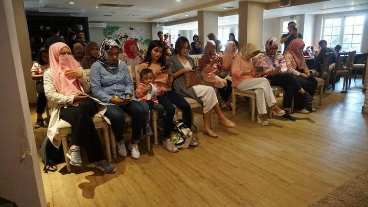 Senang deh melihat para bunda antusias menambah ilmu soal pentingnya investasi untuk pendidikan anak. Inilah para bunda yang serius menyimak Cerita Bunda bersama Sinarmas MSIG Life 'Perlukah Membedakan Investasi Anak Sesuai Usianya Sebagai Parenials?' yang digelar di Beranda Kitchen, Kebayoran Baru, Jakarta Selatan, Sabtu (12/5/2018).