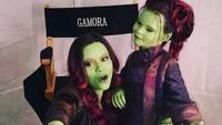 <p>Saat jadi Gamora, Zoe juga tetap dekat dengan anak-anak lho. (Foto: Instagram/zoesaldana) </p>