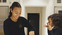 <p>Nyam! Lahapnya si kecil menyantap makanan yang dibuat Bunda Zoe. (Foto: Instagram/zoesaldana) </p>