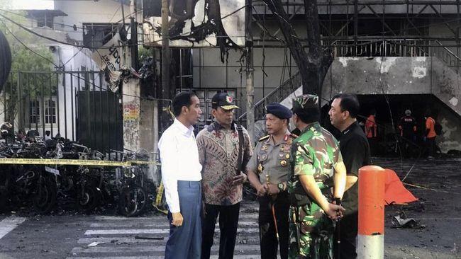 Presiden Joko Widodo bertolak langsung dari Jakarta menuju Surabaya. Jokowi langsung memantau kondisi dua gereja yang dibom, Minggu (13/5).